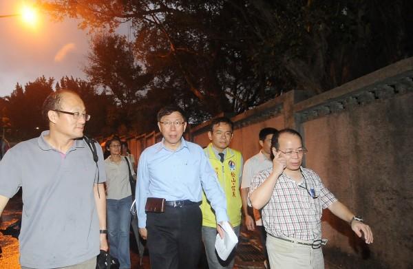 無黨籍台北市長候選人柯文哲(左二)今天由幕僚與市議員候選人陪同,勘查松山路「永春坡營區」。(記者廖振輝攝)