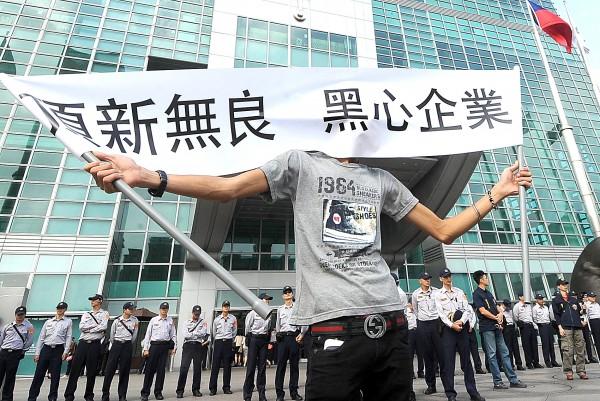 回顧台灣2014年從學運、核四、氣爆到現在的食安風暴,台灣今年可說是多災多難。(資料照,記者方賓照攝)