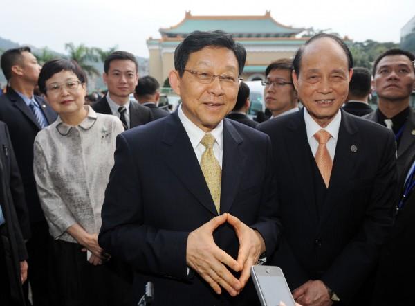 中國海協會會長陳德銘(中)今年二月曾來台訪問,由海基會董事長林中森(右)陪同。(資料照,記者羅沛德攝)