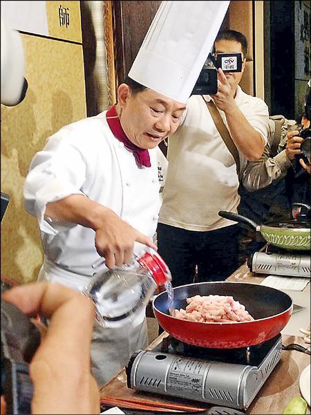 阿基師昨在台中市教民眾自炸豬油時,對媒體詢問,以「愧」字,表達他身為台灣廚師,卻對一連串的食安問題無能為力,感到羞愧。(親家建設提供)