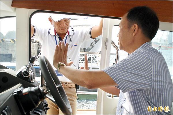 一名成功級軍艦退役艦長(右)應徵遊艇船長,接受主考官(左)面試,意外成為全場焦點。(記者黃良傑攝)