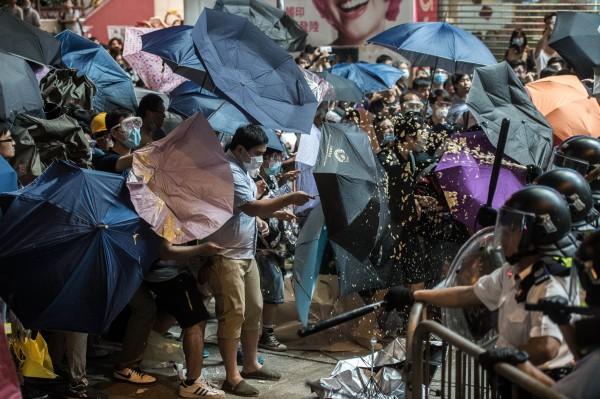 香港佔中以來,香港警方曾多次嘗試清場,但示威民眾的全副武裝及「雨傘陣」,讓警方相當頭痛。(法新社)