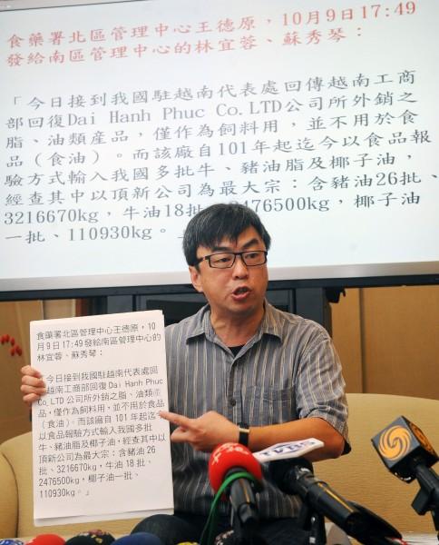民進黨立委段宜康今上午召開記者會出示多份公文指控衛福部隱瞞實情,欺騙民眾。(記者王敏為攝)