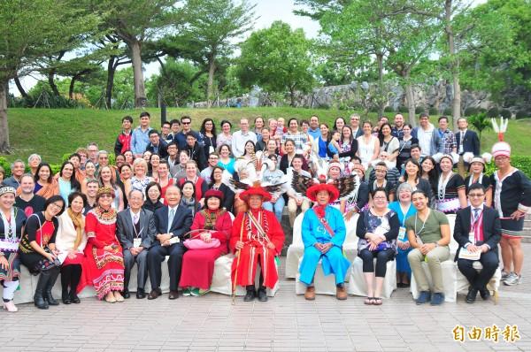 第七屆太平洋地區原住民醫學大會(PRIDoC),3日在花蓮開幕,太巴塱部落頭目王成發(前排中左紅衣)、祭司林正治(前排中右藍衣)盛裝出席,迎接太平洋各國的親人回家。(記者花孟璟攝)