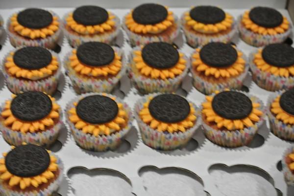 這些精心手做的太陽花杯糕是由旅居倫敦的一位台灣朋友為活動特別自製。還提醒各位全是採用最新鮮的「香蕉用材」,(照片由台灣角提供)