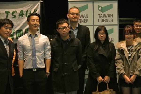 太陽花學運領袖群之一的魏揚(前排左三)在倫敦接受訪問時表示,所謂「太陽花運動的未來」,簡單說就是讓「公民不服從」的概念與技術可以更深化。(照片由台灣角提供)