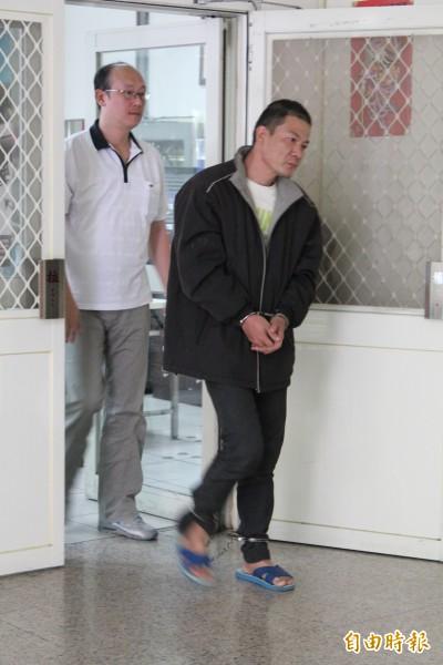 男子鄭程瑋(右)涉嫌縱火燒自家,被捕後又大鬧警局拘留室和警備隊。(記者黃美珠攝)