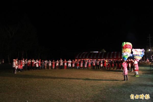 在長老領唱下,賽夏族人依序進入祭場載歌載舞,迎接達隘加入祭典。(記者鄭鴻達攝)