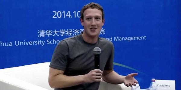 今年10月祖克柏在中國北京清華大學舉辦講座,仍是一件素T出席。(圖擷取自《Business Insider》網站)