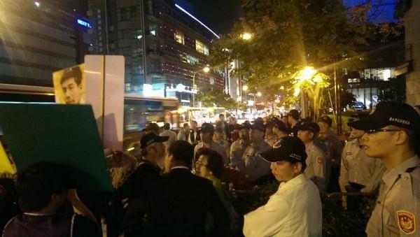 被連勝文以「妨害名譽等罪」提告的台北市議員候選人王奕凱,晚間與支持者到三立電視台「堵人」,要求連對提告一事正面回應,目前已被警方包圍。(圖片取自王奕凱臉書)