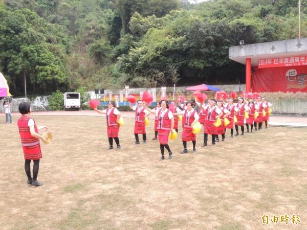全國巴宰族歡慶新年,由銅鑼舞揭開活動序幕。(記者張勳騰攝)