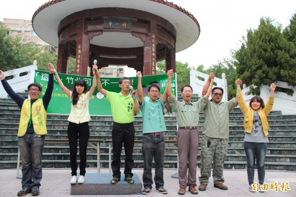 樹黨主席林佳諭(左2)、潘翰疆(左3)帶領該黨高民晟(左)、許育綸(左4)等全國各地候選人亮相,爭取國人支持「青年佔領政治」。(記者黃美珠攝)