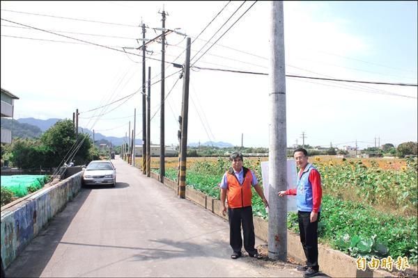 大溪鎮福安里一條約五百公尺的道路,竟豎立了約七十根電線桿。(記者林子翔攝)