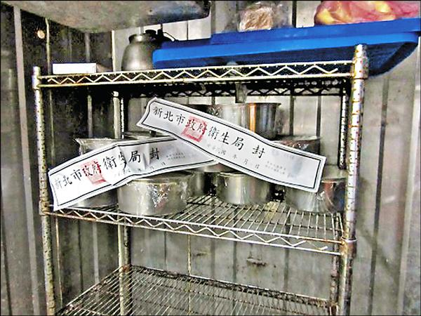 新北查獲地下工廠使用化工用石膏粉製作豆花。(新北衛生局提供)