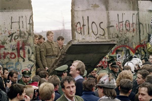 25年前的今天,柏林圍牆被德國人鑿穿,東西德的冷戰分裂終於有停止的曙光。(法新社)