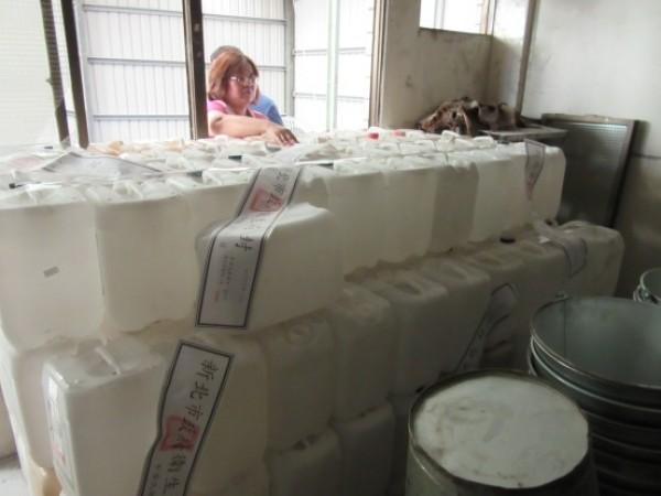 衛生局追查三重區盧佳食品公司使用血液透析濃縮液空桶盛裝仙草茶。(衛生局提供)