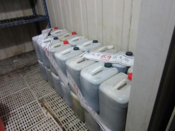 使用血液透析濃縮液空桶盛裝仙草茶流入新北7家攤商。(衛生局提供)