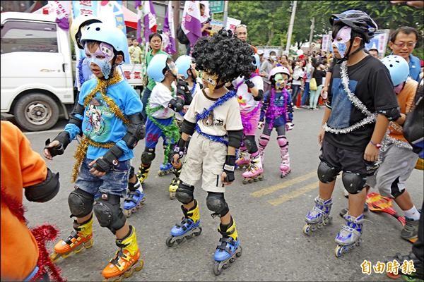 小朋友盛裝打扮參加踩街嘉年華。(記者劉曉欣攝)