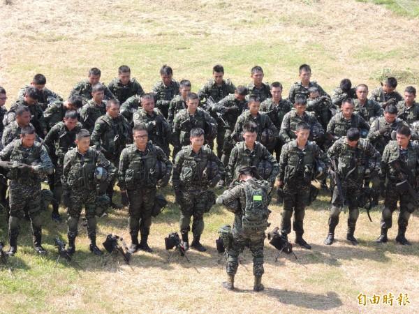 陸戰隊以全募兵進行驗證的實驗連隊。圖為去年實驗連接受媒體參訪時,部隊集合畫面。(資料照,記者羅添斌攝)