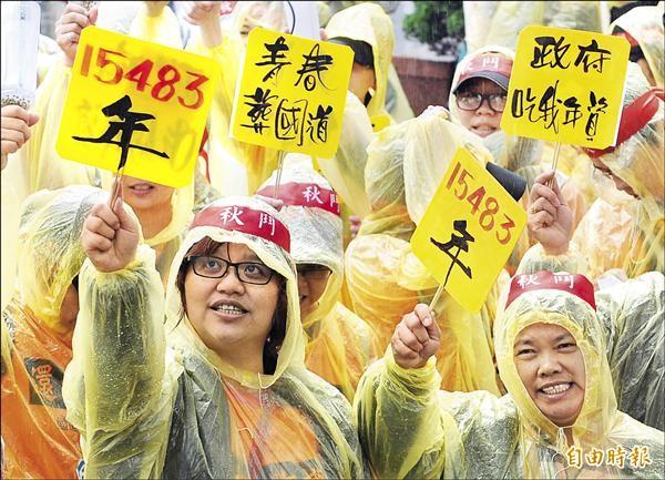 各個抗議團體不畏風雨,大聲喊出勞工訴求。(記者陳志曲攝)