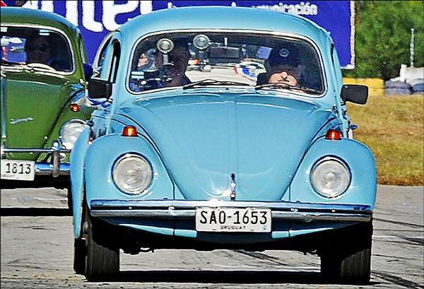 穆希卡兩年前開著這輛老爺車參加「超級金龜車」組賽車的檔案照。(法新社)
