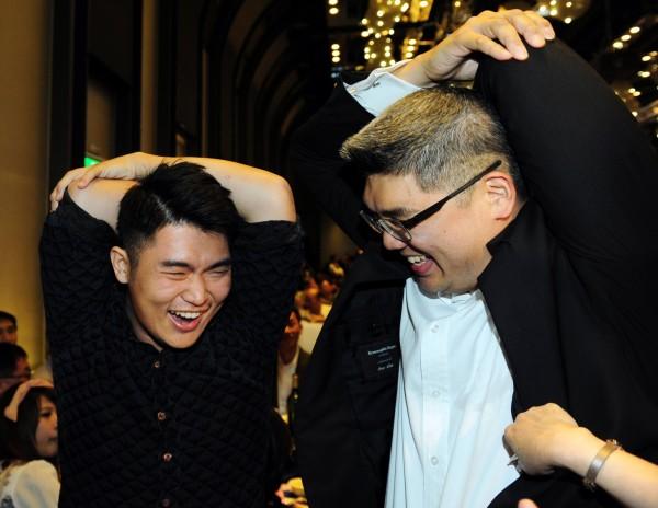 連勝文晚間出席台北市商圈產業聯合大會,一位民眾要求和連勝文一同做出招牌拉筋動作,現場氣氛熱絡。(記者羅沛德攝)