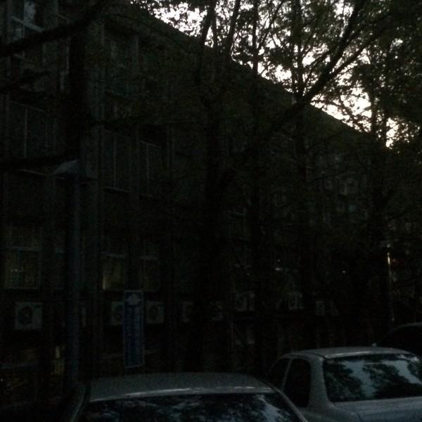 政治大學山下校區部分建築傍晚5點突然跳電,學生上課到一半突然陷入黑暗之中。(圖由讀者提供)