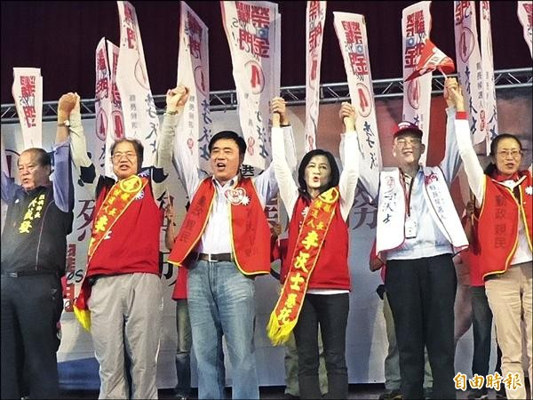 國民黨副主席郝龍斌(左三)為金門縣長候選人李沃士(左二)站台打氣。(記者吳正庭攝)