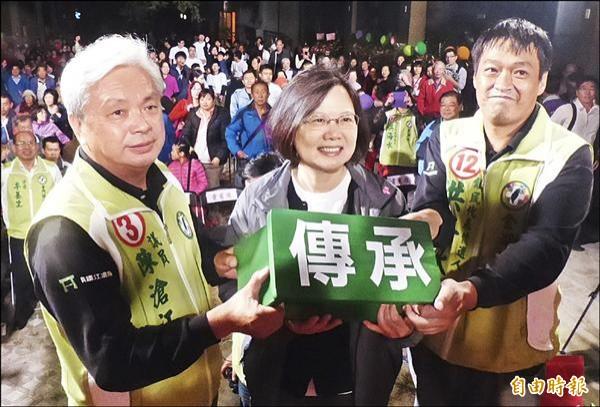 民進黨主席蔡英文(中),將寫著「傳承」的小板凳,交由縣議員候選人陳滄江(左)及金湖鎮民代表候選人洪海水(右)。(記者吳正庭攝)