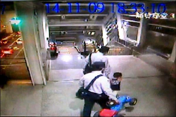 3歲男童踩四輪玩具車到公園玩耍,好奇隨人潮誤搭捷運,幸被捷警發現,拎起玩具車,護送他安全返家。(記者黃良傑翻攝)