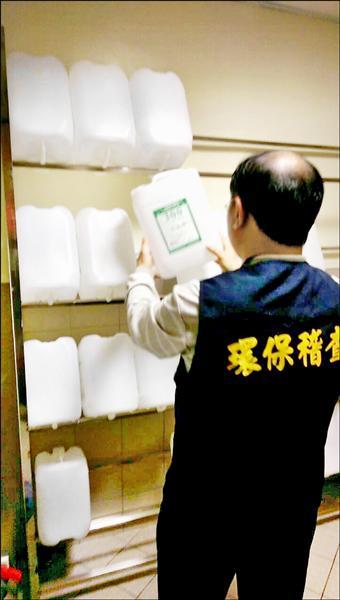 新北市環保局人員前往三重宏仁醫院,釐清洗腎用空桶竟流向仙草業者裝產品風波。(新北市環保局提供)