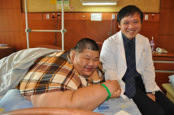 體重重達261公斤的李志成(左),拜託義大黃致錕醫師(右)幫他一圓減重美夢。(記者蘇福男攝)