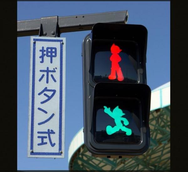 日本神奈川縣為了宣傳政策,將紅綠燈小人變成了原子小金剛圖案。(圗擷取自朝日新聞)