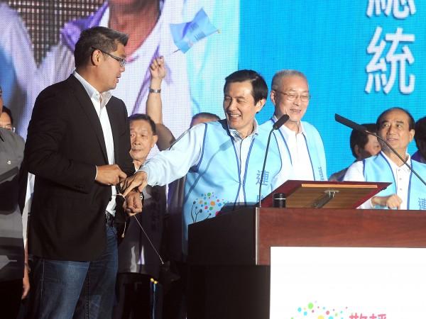 台北市長候選人連勝文(左)選情堪憂,黨主席馬英九(右)率黨政高層站台,更親自致電拜票。(資料照,記者方賓照攝)
