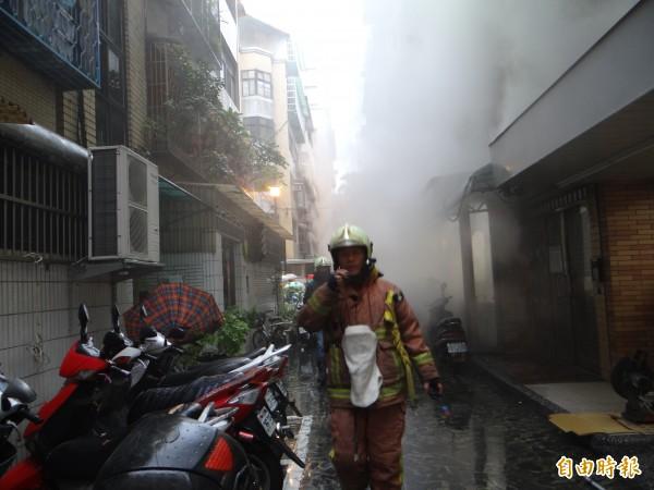 7-11店後方冒出陣陣白煙。(記者徐聖倫攝)