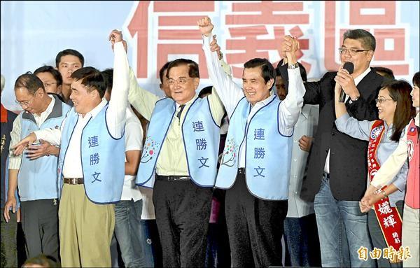 ▲馬英九總統(右三)、連戰(左三)和郝龍斌(左二)昨晚同台為連勝文(右二)拉抬聲勢,爭取台北市民支持。(記者林正堃攝)