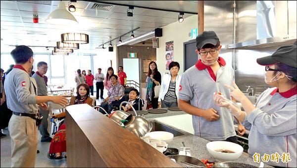 台北市身心障礙者就業大樓昨啟用營運,七樓為勝利身心障礙潛能發展中心經營的勝利廚房。(記者葉冠妤攝)