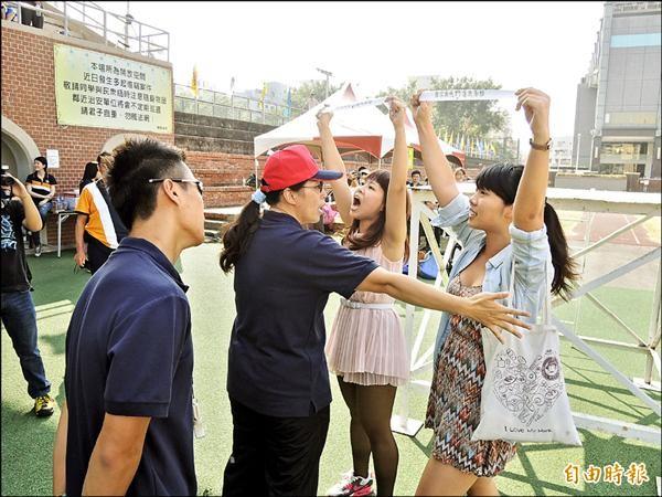 兩位女學生拉小布條怒吼抗議時,被校方一位女教師出手阻擋。(記者王俊忠攝)