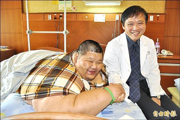 體重達261公斤李志成(左),拜託義大黃致錕醫師(右)幫他一圓減重美夢。(記者蘇福男攝)