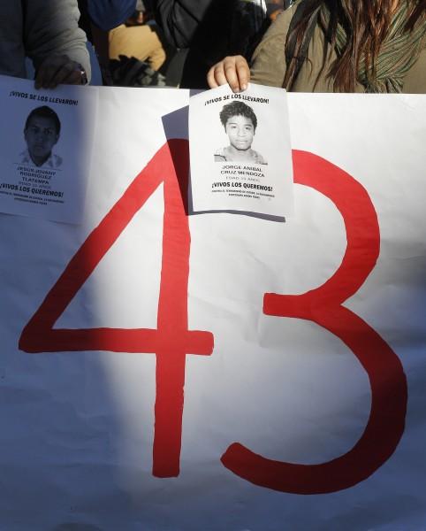 墨西哥43名示威學生失蹤案,民眾不滿政府與黑道勾結,發起示威以示不滿。(路透)