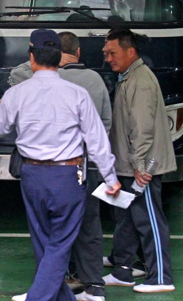 入監服刑的東森國際前董事長王令麟(右),疑賄賂時任台北監獄副典獄長蘇清俊。(資料照,記者劉信德攝)