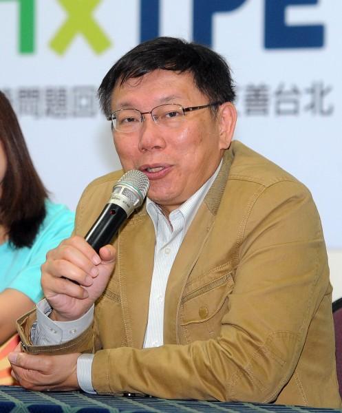 無黨籍台北市長候選人柯文哲12日出席「及時問題回報.打造友善台北」記者會時,回答媒體有關他是否擁有美國綠卡問題。(記者王敏為攝)