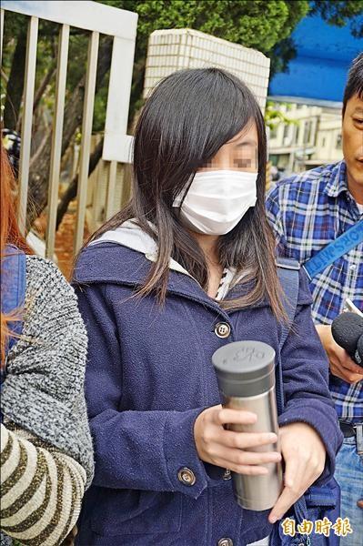 曹姓學生發現水壺遭室友下瀉藥,幸好並未喝下肚。(記者張安蕎攝)