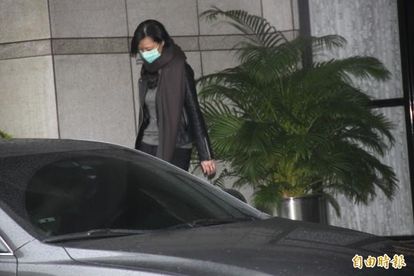 東森前總裁王令麟的秘書胡曉菁被移送北檢複訊。(記者吳昇儒攝)