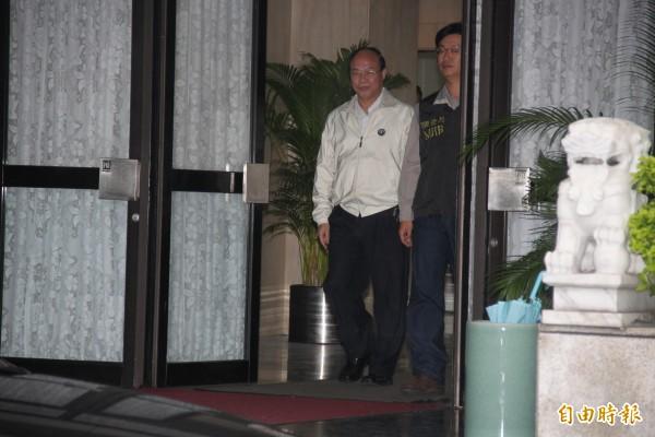 宜蘭監獄典獄長面帶微笑步出台北市調查處。(記者吳昇儒攝)