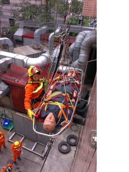 台北市搜救隊正在接受「連續36小時不間斷人道救援演練」。(記者姚岳宏翻攝)
