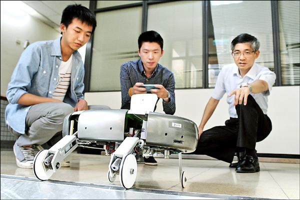 第一科大機械系打造甲蟲型掃地機器人,可突破地形限制跨過障礙物。(第一科大提供)