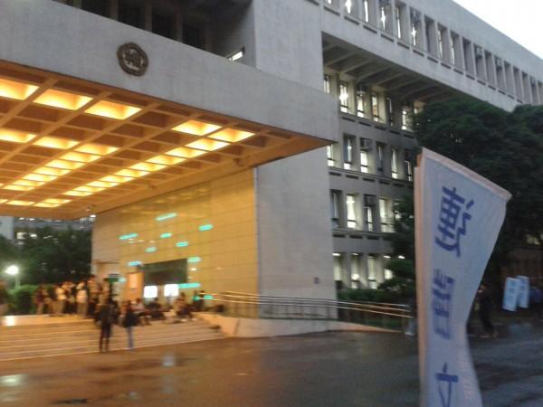 有網友在批踢踢上爆料,指台北市師大附中校園內出現連勝文的競選旗幟。(照片擷取自批踢踢)