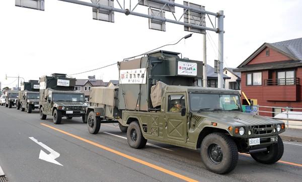 圖為311日本強震過後,北海道苫小牧港的道路上,自衛隊救災車輛正駛往碼頭,準備搭渡輪前往災區。(中央社資料照)