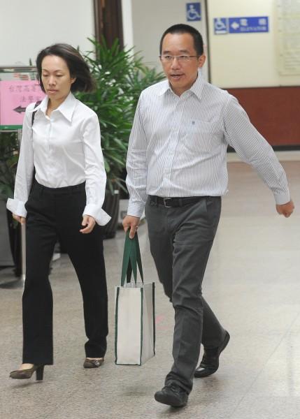 台灣高等法院14日審理二次金改案,傳喚陳致中(右)、黃睿靚(左)夫妻出庭。(記者劉信德攝)